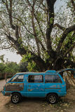 Старый автомобиль под деревом Стоковое Изображение