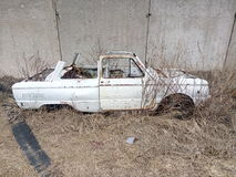 Старый автомобиль, ржавое тело, тело автомобиля без крыши, автомобиль a в сухой траве, бывшем переходе, ржавой части утюга, бывше Стоковое фото RF