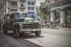 Старый автомобиль 50s припаркованный в Гаване Стоковые Фотографии RF