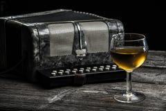 Старый аккордеон с вином Стоковые Изображения