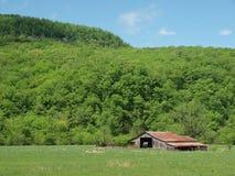 Старый амбар в горах Арканзаса Стоковое Изображение