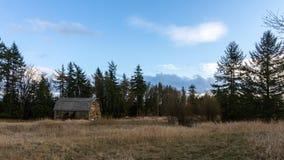 Старый амбар в поле фермера в сельском районе Стоковое Фото