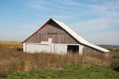 Старый амбар в поле стоковое изображение rf