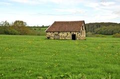Старый амбар в французской сельской местности Стоковые Фото