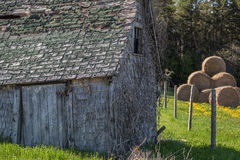Старый амбар и Haybales Стоковая Фотография