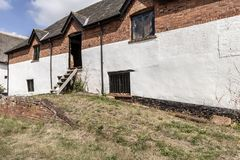 Старый амбар кирпича с окнами стоковое изображение rf