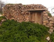 Старый амбар который завоеванный травами стоковое изображение rf