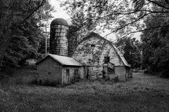Старый амбар развязности в Franklin County, Вирджинии, США стоковая фотография rf