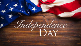 Старый американский флаг на деревянной предпосылке планки Стоковые Изображения