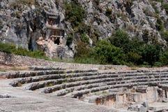 Старый амфитеатр и усыпальницы Lycian в Myra (Турция) Стоковое Изображение RF