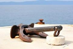 Старый анкер корабля в порте Стоковые Изображения RF