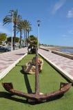 Старый анкер на пляже моря Стоковые Изображения