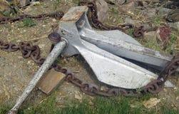 Старый анкер шлюпки на береге стоковое фото