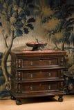 Старый античный европейский комод ящиков Стоковые Фотографии RF