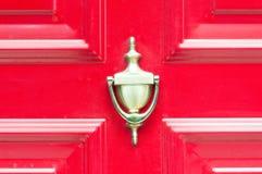 Старый античный золотой латунный knocker на дверях покрашенных конспектом деревянных для стучая конца вверх Стоковые Фотографии RF
