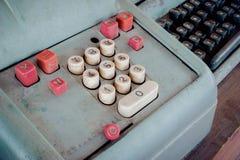 Старый античный кассовый аппарат, добавляя машины или антиквариат высчитывают стоковые изображения rf