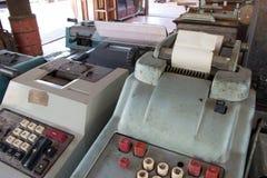 Старый античный кассовый аппарат, добавляя машины или антиквариат высчитывают стоковая фотография rf