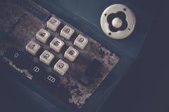 Старый античный кассовый аппарат, добавляя машины или антиквариат высчитывают в старом ночном магазине стоковое изображение rf