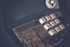 Старый античный кассовый аппарат, добавляя машины или антиквариат высчитывают в старом ночном магазине стоковая фотография rf