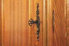 Старый античный ключ в замке Деревянная мебель стоковая фотография rf