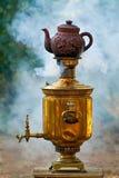 Старый античный самовар в природе стоковое фото rf