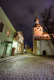 Старый ландшафт ночи города в Таллине Стоковая Фотография