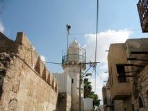 Старый арабский двор с мечетью стоковое изображение
