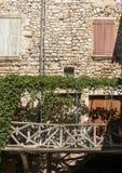 Старый арендуемый дом перерастанный с плющом в Sault, отдел Воклюз в области Провансали, стоковые изображения rf