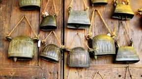 Старый латунный колокол, Индия стоковые изображения