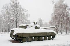 Старый бак в снежке стоковое изображение