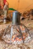 Старый бак кофе металла стоит над лагерным костером Стоковое Изображение RF