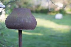 Старый бак печи литого железа на зеленой предпосылке Стоковое фото RF