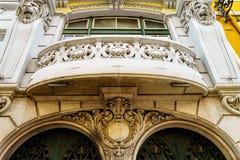 Старый балкон в старом историческом городе Лиссабона architrave стоковое изображение