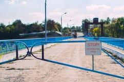Старый барьер с замком и знаком, запретной зоной стоковое фото rf