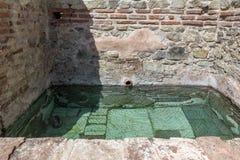 Старый бассейн в термальных ваннах Diocletianopolis, городка Hisarya, Болгарии Стоковое Изображение RF