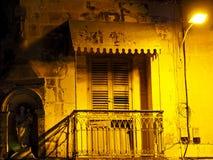 Старый балкон в marsaxlokk на ноче Стоковое фото RF