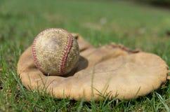 Старый бейсбол и перчатка Стоковые Изображения RF