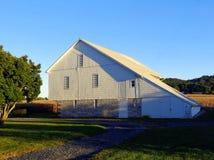 Старый белый амбар в Hershey, Пенсильвании стоковое изображение