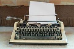 Старый белый конец-вверх машинки ретро-стиль Антиквариаты и конторские машины стоковые изображения rf