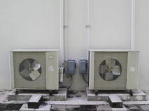 Старый белый компрессор кондиционера Стоковое Изображение