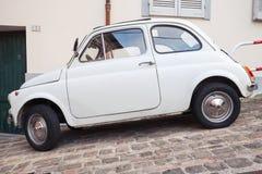Старый белый Фиат 500 l взгляд со стороны автомобиля города Стоковое фото RF