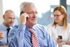 Старый бизнесмен с мобильным телефоном Стоковые Изображения