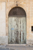Старый богато украшенный деревянный покрашенный вход салатовым Стоковое фото RF