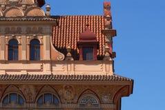 Старый богато украшенный фасад здания стоковая фотография