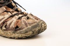Старый ботинок повреждения на белизне Стоковые Изображения