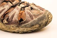Старый ботинок повреждения на белизне Стоковая Фотография