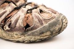 Старый ботинок повреждения на белизне Стоковая Фотография RF
