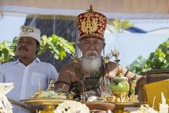 Старый Брахман проводит религиозный ритуал на пляже Ketewel bali Индонесия Стоковое Фото