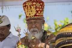 Старый Брахман проводит религиозный ритуал на пляже Ketewel Ubud, Бали, Индонезия Стоковая Фотография RF