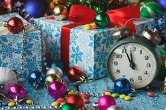 Старый будильник около украшений покрашенных рождеством Стоковые Фотографии RF